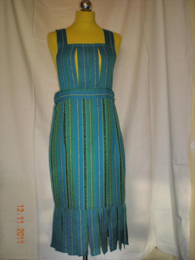 tyrkysové šaty s průstřihy na prsou